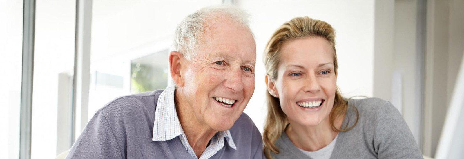 pareja de padre e hija sonriendo