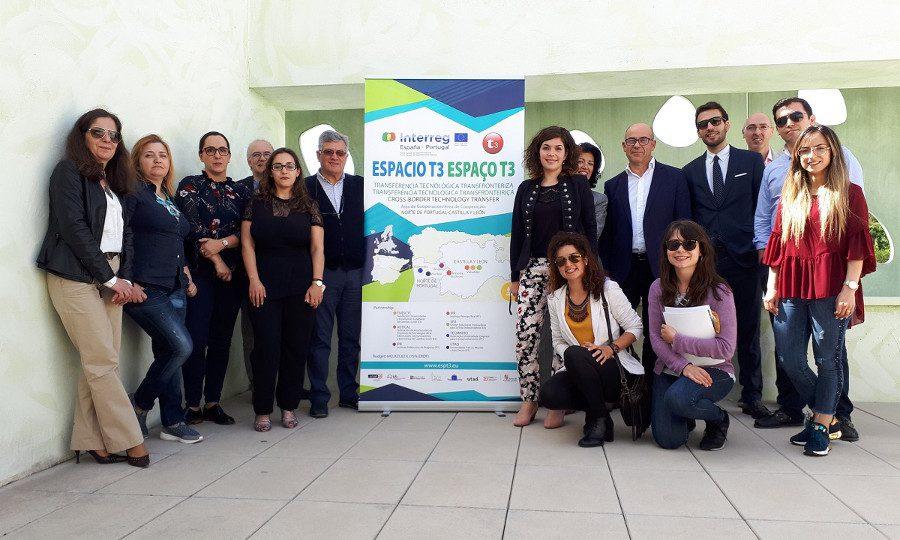 fotografia de participantes con el cartel de Espacio T3